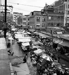 Seoul, Korea, 1970. 2. 2 Photographer Unidentified  독립문 영천시장 무악재를 넘나들던 사람들이 떡을 사먹던 떡전거리가 이면거리의 영천재래시장이다.