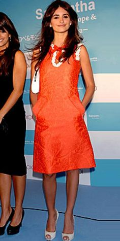 Look of the Day › October 21, 2007 It's all in the details! Cruz added punch to her '60s-inspired orange minidress with bright white accessories. The actress and her sister, Monica Cruz, presented their line of Samantha Thavasa handbags at a Tokyo press conference.