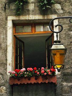 Janela e luminária em Annecy, região do Rhône-Alpes, França.  Fotografia: Michele*mp no Flickr.