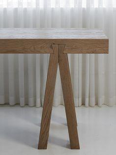 detalhe do encaixe da mesa de madeira