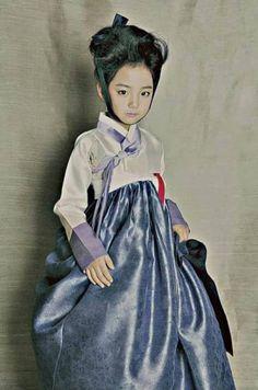 """〈 MODE - Le Hanbok : L'Enfant〉 Le magnifique Hanbok auquel la jolie KIM Ye Lin (김 예 린) prête son doux visage a été dessiné par une créatrice de grand talent nommé So Seong Hee (소 성 희). Nous vous encourageons à la suivre sur sa page Facebook : https://www.facebook.com/seonghee.so Cette collection """"Boggnabi Collection"""" a été présentée en 2015 sous le thème du conte de fée (Fairy Tales). C'est beau à couper le souffle!!! ┄┄┄┄┄┄┄┄ #YuYu www.twitter.com/HanllyU Sources & Crédits : Korean…"""