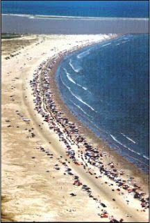 Com a incrível marca de 254 km de faixa de areia contínua, reconhecida pelo Guiness Book, a Praia do Cassino, no Rio Grande do Sul, se estende desde o balneário de mesmo nome até a Barra do Chuí, limite extremo do litoral brasileiro.
