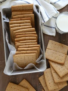 Both slightly crisp and slightly soft, these homemade honey graham crackers are absolutely tastier than what you can purchase at the store. Graham crackers were a staple in my house growing up, Graham Cracker Recipes, Homemade Graham Crackers, Gluten Free Graham Crackers, Graham Cracker Cookies, Cake Pops, Cookie Recipes, Dessert Recipes, Easy, Sans Gluten