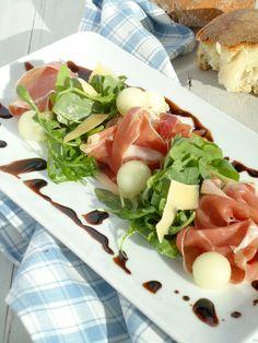 Europa galiameloen parmaham krullen oude kaas olijfolie erover 200 ml balsamicoazijn koken en indikken eventueel met wat suiker.