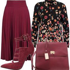 Gonna a pieghe bordeaux, camicetta nera con stampa a fiori, décolleté' in finta pelle con tacco a spillo, borsa a mano in finta pelle bordeaux. Outfit elegante.