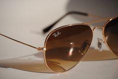 Ochelarii Ray-Ban originali sunt la mare căutare, dar nu toți sunt originali. Acestea sunt magazinele de unde poți achiziționa ochelari Ray-Ban originali. Ray Ban, Bane, Sunglasses, Fashion, Moda, Fashion Styles, Sunnies, Shades, Fashion Illustrations