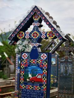 Merry Cemetery (Săpânţa, Romania) by Selkie~gal Folk Art Flowers, Flower Art, Old Cemeteries, Cemetery Art, Memento Mori, Deco, Wind Chimes, Sculptures, Merry