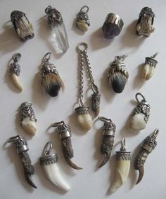 Teeth Nails: Collection of charms (bone, feather, tooth ? Bone Jewelry, Jewelry Art, Jewelry Accessories, Jewelry Design, Jewellery, Armadura Medieval, Larp, Looks Vintage, Kitsch