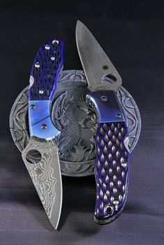 Spyderco C11JBBP Delica Damascus HJ + Spyderco C10JBBP Endura Damascus DL Cool Knives, Knives And Swords, Spyderco Knives, Butterfly Knife, Knife Art, Damascus Knife, Arm Armor, Cold Steel, Custom Knives
