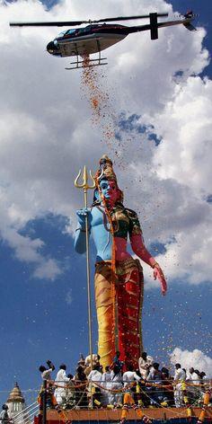 Hinduism is the oldest religion in the world. Nearly 1 billion Hindus live in India. Nepal, Bangladesh, Pakistan, Sri Lanka, Fiji and Mauritius also accommodate millions of Hindus. Mahakal Shiva, Shiva Statue, Lord Shiva Hd Wallpaper, Lord Shiva Painting, Amazing India, Psy Art, Lord Vishnu, Hindus, Hindu Art