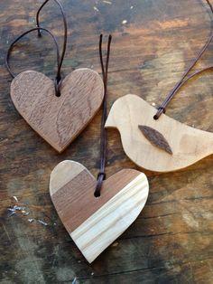 Små figurer i træ til gavevedhæng og andet. Dekupørsaven