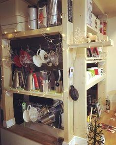 高さが自由に選べるので、キッチンカウンターにも突っ張りOK。こんなふうにコーヒー器具やカップを「見せる収納」にして、お洒落なカフェコーナーを作ってみませんか?キッチンのちょっとしたスペースも、ディアウォールで収納付きの使いやすい空間に。