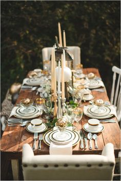 Beautiful Thanksgiving table setting ideas and decorations with fall colors. Click to view more, along with DIY instructions!