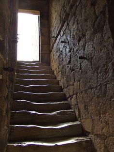 Escadas de pedras no castelo / fortaleza de Beynac, construído no século XVII, localizado em Beynac-et-Cazenac, no departamento da Dordonha, região da Aquitânia, França.  Fotografia: Rilba.