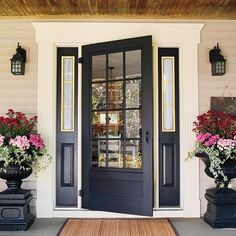 Love the planters that match the doors. Love the doors with the the panels on each side. Home Staging, Black Front Doors, Colors For Front Doors, Design Exterior, Diy Exterior, Beige House Exterior, Black Exterior Doors, Cape Cod Exterior, Exterior Door Trim