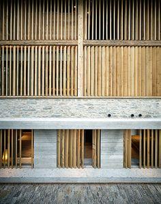 2009 baute der Architekt einen Stall in Soglio zum Wohnhaus um. Dabei kombinierte er Stampfbeton mit rohem Eichenholz und Stahl. Die Lamellen vor den raumhohen Fenstern lassen sich verstellen, um den Lichteinfall zu beeinflussen.