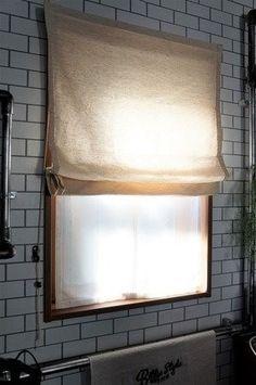 シェードのカーテン。とってもオシャレなんですが、高いですよね。。。 家の窓のサイズに合わせたシェードカーテンとなると既製品ではなかなかサイズが合わないので結局オーダーしなければならなくなって、ただでさえ高いシェードカーテンがオーダーともなると『やっぱりやめとこう…』ていう金額になってしまいますよね。 そこで今回は、格安でできる完全に手作りのシェードカーテンのハウツーをご紹介します。 このアイデアは私がゼロから考えたものではなく、ネットでいろいろ調べて自分なりに作ってみたものですが、何かの参考になれば幸いです(*^^) Diy Design, Interior Design, Interior Ideas, Woodworking Tips, House Rooms, Window Treatments, Diy Furniture, Home Goods, Diy And Crafts