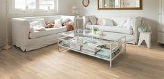 pavimento chiaro per salotto con divani bianchi