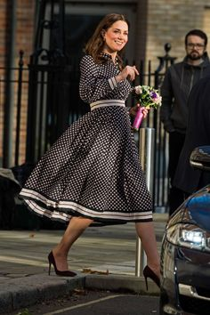 Remembering Kate Spade's Best Celebrity Style Moments The Duchess of Cambridge frequently dons Spade's dresses. Here, she wore Spade's monochrome diamond-print pleated dress when she visited The Foundling Museum in London last year. Kate Middleton Outfits, Looks Kate Middleton, Estilo Kate Middleton, Princess Kate Middleton, Kate Middleton Fashion, Duchesse Kate, Herzogin Von Cambridge, Kate And Meghan, Princesa Kate