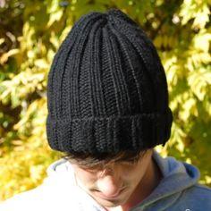 """Il s'agit du modèle super simple, parfait pour un cadeau improvisé . Comment tricoter le bonnet pour homme en côtes : Remarque : *...* veut dire """"à répéter"""" 1) On monte 78 mailles avec les aiguilles circulaires 6"""