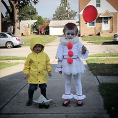 Kids's IT Halloween costume. Georgie and Pennywise the Dancing Clown. Kinder-IT-Halloween-Kostüm. Scary Kids Costumes, Scary Clown Costume, Diy Halloween Costumes For Kids, Baby Halloween, It Costume, Homemade Kids Costumes, Children Costumes, Halloween Recipe, Costume Ideas