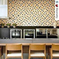 Projeto de Silvana Albuquerque é destaque no insta do site internacional @tileometry.  #Repost @tileometry with @repostapp  A burst of sunshine on #TileTuesday! #Art #tiles from @jhenrique.azulejaria as specified by #Brazilian #architect @silvanaalbuquerquearq offer a visually interesting option compared to an otherwise empty wall!   #azulejos #brasil #arquitetura #decoração #design #decor #backsplash #commercialdesign #hospitalitydesign #restaurantdesign #inspiration #interiordesign…