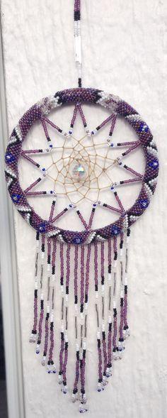 Dreamcatcher  idea Native Beading Patterns, Native Beadwork, Native American Beadwork, Cute Crafts, Crafts To Make, Arts And Crafts, Dream Catcher Native American, Native American Crafts, Creation Deco