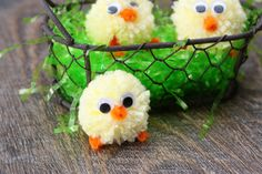 These adorable pom pom Easter chicks are perfectly spring, festive and easy! They make great little favors for an Easter party, dinner, or Easter baskets. Pom Pom Puppies, Preparing For Ramadan, Cute Egg, Egg Carton Crafts, Diy Ostern, Ramadan Decorations, Idee Diy, Easter Crafts For Kids, Easter Wreaths