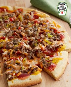 Enjoy the only thing better than pizza or cheeseburgers — Easy Cheeseburger Pizza! Lean ground beef, shredded cheese, ketchup, mustard and relish make this an unforgettable cheeseburger pizza! Pizza Recipes, Easy Dinner Recipes, Easy Meals, Cooking Recipes, What's Cooking, Easy Recipes, Kraft Recipes, Hamburger Pizza, Pizza Bake