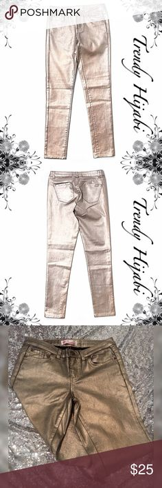 """Towne Collection Metallic Cielo Jean Skinny leg cut Mid rise waist Gold Metallic detail Measurements 30"""" Inseam Materials 65% Leather, 30% Polyester, 5% Spandex Towne Collection Jeans Skinny"""