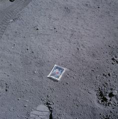 1972 - Tracce del passaggio dell'uomo sulla Luna L'astronauta Charlie Duke, alla fine della terza EVA (passeggiata extra veicolare) sulla Luna, durante la missione Apollo 16, ha lasciato sul suolo lunare la foto della sua famiglia. Era il 27 aprile 1972 e a quest'ora è molto probabile che la foto si sia scolorita. Ma rimane comunque un segno molto personale del passaggio di Duke sulla Luna. Un po' come quei turisti che incidono il proprio nome sulle pareti dei monumenti che visitano.