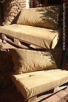 Conjunto de cojines confeccionados con el tejido de una tienda de campaña militar.