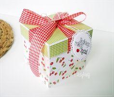 Pudełko na prezent ślubny / pudełko na pieniądze weselne Unikatowe pudełko w motyw apetycznych wiśni z czerwienią i zielenią - oryginalny sposób na przekazanie życzeń oraz gotówki Młodej Parze. Pudełko po podniesieniu wieczka rozkłada swoje cztery ścianki, na których znajdują się kieszonki (na gotówkę lub kupony lotto). Każda kieszonka ozdobiona jest zabawnym motywem z propozycja wydania gotówki np. na autko, na wózek itp.  Dostępne w butiku Madame Allure!