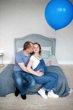фотосессия беременности, беременность, беременная девушка, беременная в комбинезоне, беременная и воздушный круглый шар, беременная с мужем, синий