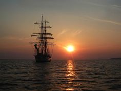 Zeilen bij zonsondergang. Flying Dutchman, Sailing Ships, Boat, Strand, Dinghy, Boating, Boats, Sailboat, Tall Ships