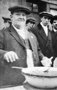 1919 The Jellied Eel Man roman road Victorian London, Vintage London, Old London, London Pride, London History, British History, Old Pictures, Old Photos, London Photos