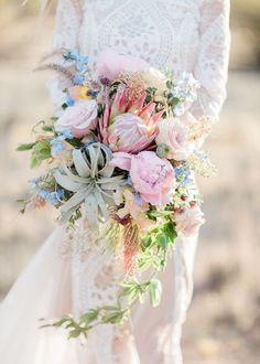 Lunchtime #Wedding Treat - Air flowers look so beautiful used in wedding bouquets. They look especially spectacular in this loose bridal bouquet. Picture by Jen Fuj Photography Flowers by Flor Unique Designs #twcweddingtreat #weddingflowers #weddingbouquet #bridalflowers #bridalbouquet #flowers #floral #floralarrangement #prettyflowers #pastelflowers #pastelwedding #airflower #desertflower #bride #bridestyle #weddingstyling #weddingplanning