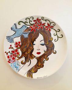 """278 Beğenme, 2 Yorum - Instagram'da Çiğdem Ünal (@cinielsanatlari): """"Dostlaar dostlaar 👸 Beyazlar içinde olan tabağımı çiniledim bile 🖌😂💖Prenses bir kız,etrafında…"""" Pottery Painting Designs, Paint Designs, Pottery Art, Ceramic Painting, Ceramic Art, Ceramic Poppies, Doodle People, Painted Rocks, Hand Painted"""
