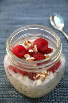 High-Protein Vanilla Almond Raspberry Overnight Oats Offers Almost 17 Grams - Hifow - Quick & Easy Recipes Raspberry Overnight Oats, Vanilla Overnight Oats, Protein Overnight Oats, Chocolate Overnight Oats, Peanut Butter Overnight Oats, Overnight Oatmeal, Protein Oatmeal, Overnight Breakfast, Chocolate Oatmeal