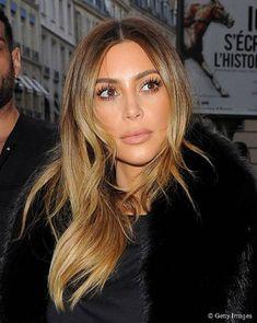 Recentemente, Kim Kardashian apareceu com os cabelos muito mais claros que o habitual, com um ombré muito bem distribuído