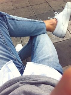 16. Jean desflecado, camisa blanca y zapatillas.