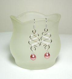 Aretes de alambre de plata con perla rosa por TreasureRocks en Etsy