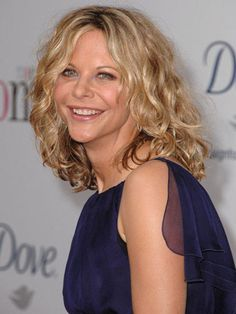 Wash hair with a curl-enhancing shampoo/conditioner — a great way to bring out… Meg Ryan Hairstyles, Cute Hairstyles For Short Hair, Celebrity Hairstyles, Down Hairstyles, Scrunched Hairstyles, Celebrity Pixie Cut, Curl Enhancing Shampoo, Medium Hair Styles, Curly Hair Styles