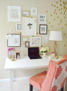 Estampada com poás dourados, a parede é o ponto alto deste ambiente, com composição de quadros e gravuras. A mesa de design simples comporta objetos como flores e luminária, e a cadeira em salmão traz cor ao ambiente.