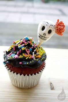 The black frosting dusted with colorful sprinkles on these awesome Dia De Los Muertos Cupcakes is so fabulous. Skull Cupcakes, Cupcake Cookies, Velvet Cupcakes, Fete Halloween, Halloween Treats, Halloween Foods, Halloween Cookies, Halloween 2018, Happy Halloween