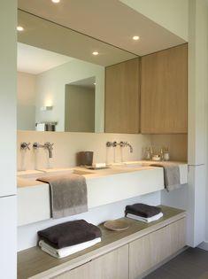 Moderne en praktisch ingerichte badkamer. De lichte accenten maken er een waar pareltje van.