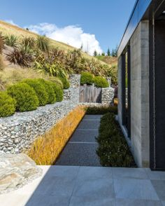 Garden of the week: Award-winning landscape in Queenstown - Garten Landschaftsgestaltung Terraced Landscaping, Landscaping On A Hill, Landscaping Software, Landscaping Plants, Steep Gardens, Small Gardens, Flower Landscape, Garden Landscape Design, Queenstown Gardens