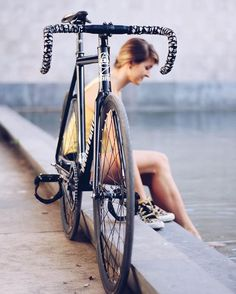 Dosnoventa Fixed Gear Girl, Cycling Outfit, Cycling Clothes, Cycling Girls, Cycle Chic, Bicycle Girl, Bike Seat, Cool Bicycles, Bicycle Design