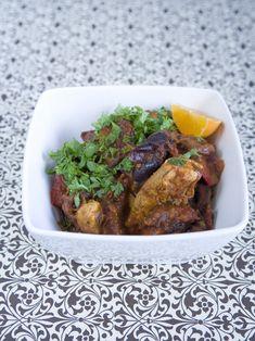 Stor smagsoplevelse med en aromatisk marokkansk kyllingegryde. Serveres med råkost af sommerkål og kogt bulgur og pyntes med frisk grofthakket persille. Ma