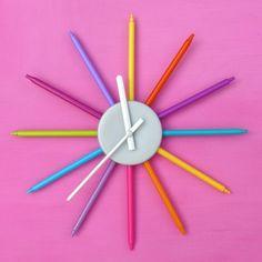 Una excelente idea para reciclar los viejos marcadores de los peques. Con ellos armaremos este simpático y decorativo reloj para su habitación.
